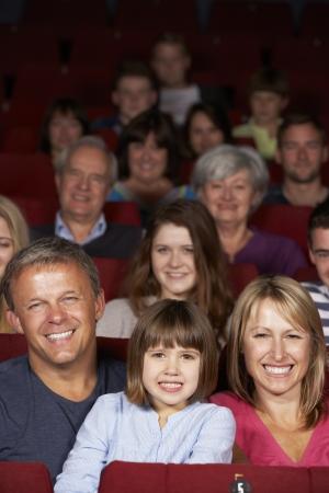family movies: Familia viendo pel�culas en el cine Foto de archivo