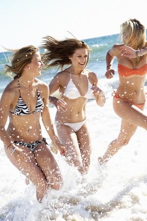maillot de bain fille: Groupe de jeunes filles jouissant vacances � la plage ensemble