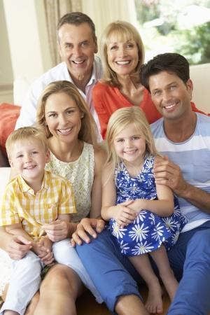 verticales: Generaci�n de la familia multi Relajante En El Sof� En Casa