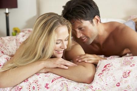 pareja en la cama: Pareja Relajante Juntos En La Cama Foto de archivo