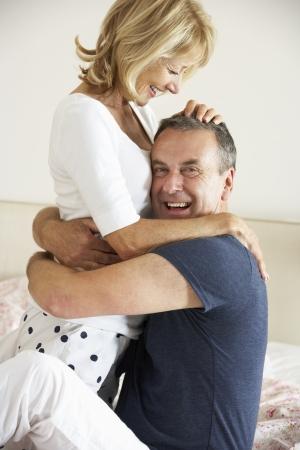 pareja en la cama: Senior pareja relajarse juntos en la cama
