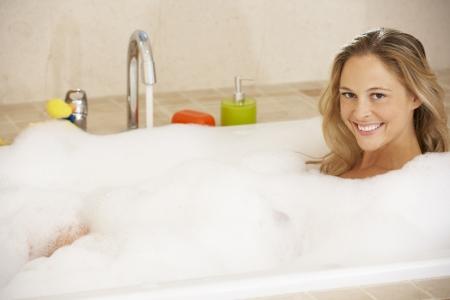 mimos: La mujer se relaja en baño de burbujas Lleno