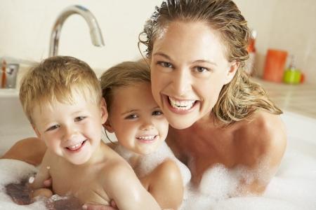 femme baignoire: M�re avec les enfants D�tente En Bubble Bath Rempli Banque d'images