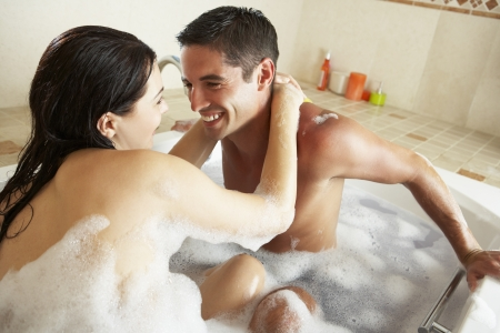 ba�arse: Couple Relaxing In Bubble Bath Lleno