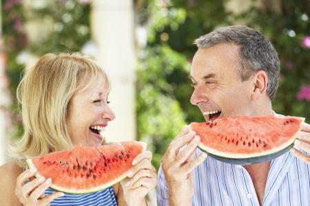 dieta sana: Senior pareja Disfrutar rodajas de mel�n de agua