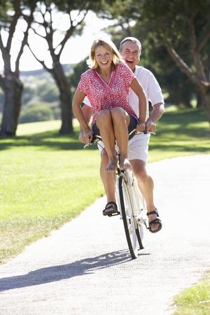 ciclismo: Senior pareja Disfrutando el paseo en bicicleta Foto de archivo