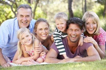 abuelos: Grupo de la familia extensa Relaja En Parque Junto
