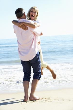 mujeres mayores: Senior pareja Disfrutar de vacaciones en Playa Rom�ntica Foto de archivo
