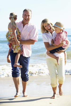 abuelos: Abuelos y nietos disfrutar de la playa para vacaciones