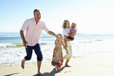 persona mayor: Abuelos y nietos disfrutar de la playa para vacaciones