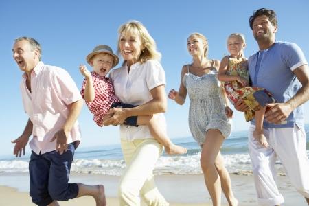 멀티 세대 가족 해변 휴가를 즐기기