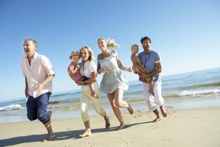 abuelitos: Generaci�n de la familia multi Disfrutar de vacaciones en Playa Foto de archivo