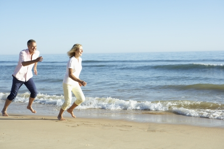 mujeres mayores: Senior pareja Disfrutar de vacaciones en Playa Romántica Foto de archivo
