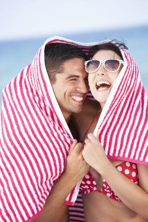 handtcher: Couple W�ste Von Sun On Beach Holiday Lizenzfreie Bilder