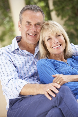 mujeres mayores: Pareja mayor relajaci�n en el sof� en casa