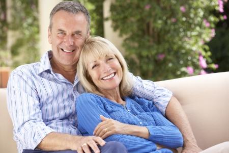 parejas felices: Pareja mayor relajación en el sofá en casa