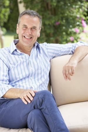 1 senior: Senior Man Relaxing en el sof� en casa