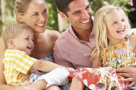 ��smiling: Familia sentada en el sof�, junto Foto de archivo