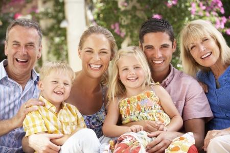 famiglia in giardino: Famiglia di generazione seduta sul divano insieme