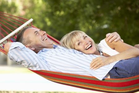 mujeres mayores: Senior pareja de relax en hamaca Foto de archivo
