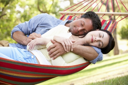 pareja durmiendo: Pareja Relajante En Hamaca
