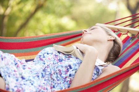 Vrouw Ontspannen In Hangmat Met Boek