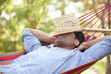 hamac: Homme Relaxant Dans Hamac