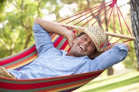 descansando: Hombre que se relaja en hamaca Foto de archivo