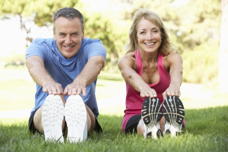 растягивание: Старший пара, осуществляющих в парке