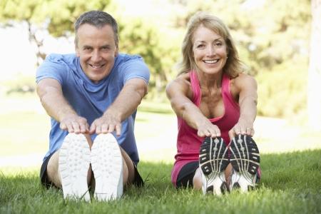 estiramientos: Pareja mayor ejercicio en el parque Foto de archivo