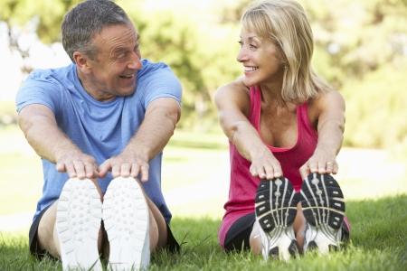 hombres haciendo ejercicio: Pareja mayor ejercicio en el parque Foto de archivo