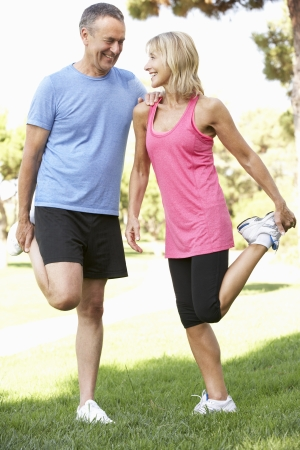 piernas hombre: Pareja mayor ejercicio en el parque Foto de archivo