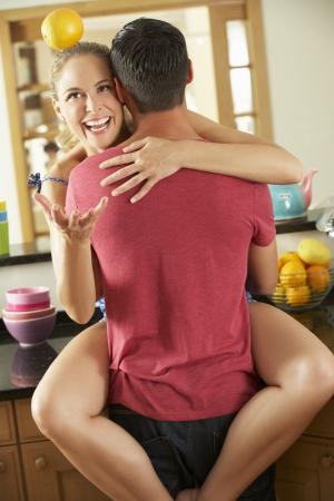 pareja apasionada: Romántica Pares que abrazan en la cocina Foto de archivo