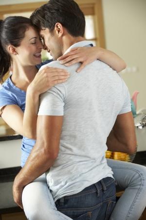 열정: 부엌에서 로맨틱 커플 포옹