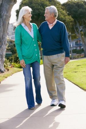 ancianos caminando: Senior pareja caminando en el Parque Juntos Foto de archivo