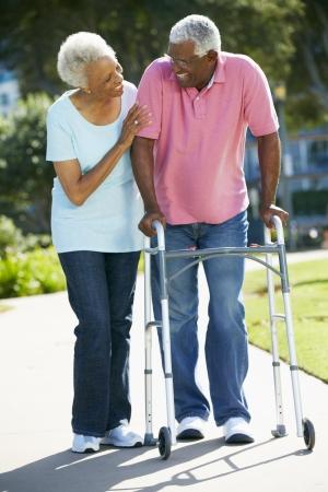 marcheur: Femme senior Aider mari avec déambulateur Banque d'images