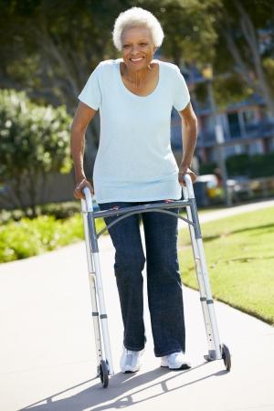 Senior Vrouw Met Rollator Stockfoto