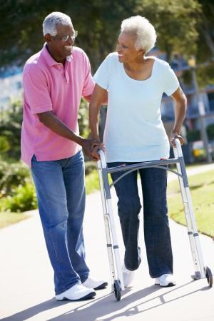 senioren wandelen: Hogere man die vrouw Met Rollator