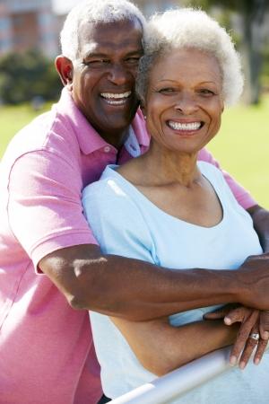 anciano feliz: Retrato al aire libre de la feliz pareja senior Foto de archivo