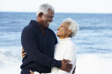 senioren wandelen: Romantische Senior Paar Knuffelen Op Het Strand Stockfoto