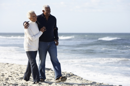 parejas enamoradas: Senior pareja caminando por la playa, junto