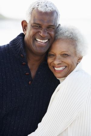 senioren wandelen: Romantisch Hoger paar knuffelen op het strand