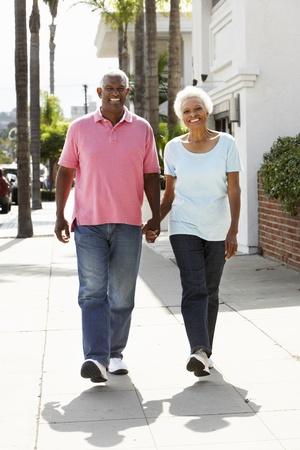 senioren wandelen: Senior Paar wandelen langs Straat Samen