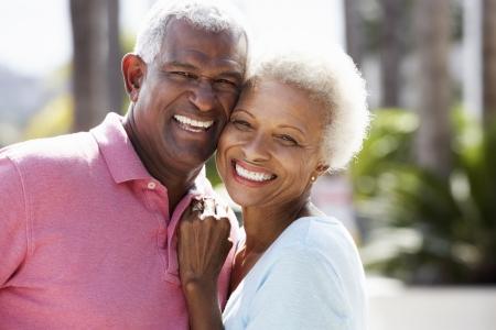 senioren wandelen: Romantisch Hoger Paar Knuffelen Op Straat