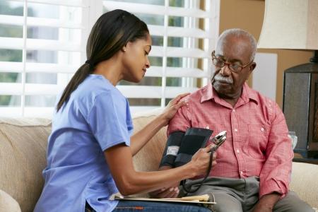 enfermeros: Visiting Nurse paciente senior masculino en el hogar Foto de archivo