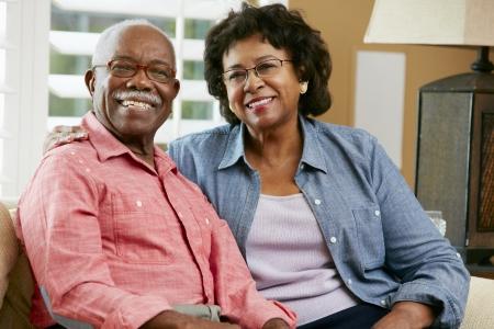 coppia in casa: Ritratto di felice coppia senior a casa