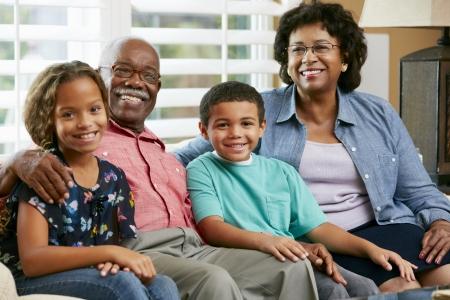 abuelos: Retrato de los abuelos con los nietos