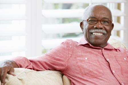 1 senior: Retrato del hombre mayor feliz en su casa