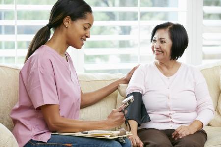 pielęgniarki: PielÄ™gniarka Zwiedzanie Senior Kobieta w domu pacjenta
