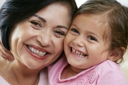 abuelos: Retrato de la abuela con la nieta